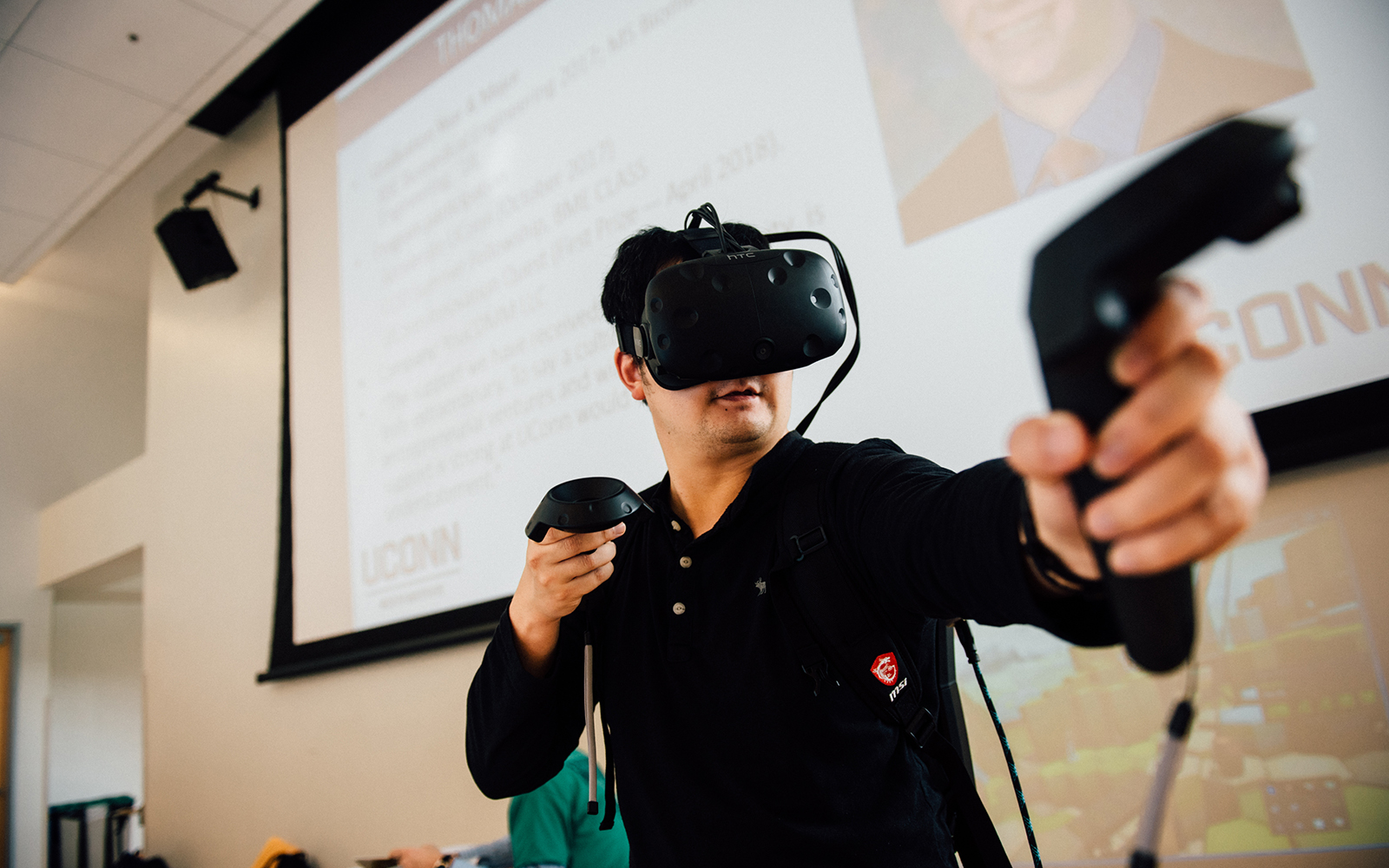 A student experiments with virtual reality technology at the Fall Entrepreneurship & Innovation Expo. (Nathan Oldham / UConn School of Business)