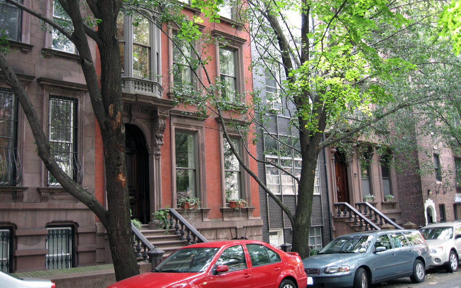 Brownstone rowhouses with a more modern building in the Brooklyn Heights neighborhood of the New York City borough of Brooklyn. (Sarah Bronin/UConn School of Law)